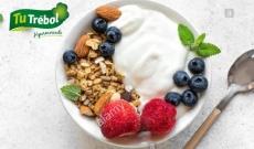 Yogur con granola, fruta y frutos secos
